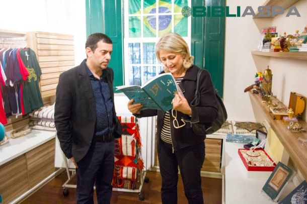 Leila visita a BibliASPA, na companhia do prof. Paulo Farah